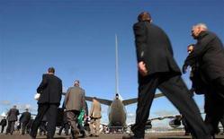 <p>Посетители идут по взлетному полю аэродрома в Фарнборо в первый день международного авиакосмического салона, 14 июля 2008 года.Россия готова заключать сделки в сфере вооружений в любой валюте на фоне ослабления доллара, сказал первый заместитель директора Рособоронэкспорта Александр Фомин. (REUTERS/Toby Melville)</p>