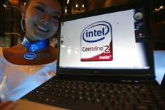 <p>Après plusieurs mois de retard, Intel a lancé discrètement la nouvelle génération de sa plate-forme Centrino composée d'un microprocesseur et de technologies sans fil dont il espère tirer de nouvelles sources de revenus. /Photo prise le 15 juillet 2008/REUTERS/Nicky Loh</p>