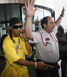 <p>Milan anuncia contratação de Ronaldinho Gaúcho. O meia-atacante Ronaldinho Gaúcho, atualmente no Barcelona, irá assinar um contrato com o Milan na quarta-feira, afirmou o clube italiano. 14 de julho. Photo by Albert Gea</p>