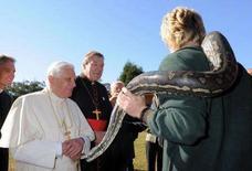 <p>Papa Benedetto XVI guarda un pitone al Kenthurst Study Centre a Sydney, in Australia. REUTERS/Osservatore Romano/Pool (AUSTRALIA)</p>