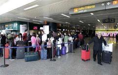 <p>Fila al check-in all'aeroporto di Fiumicino, Roma, in una foto d'archivio. REUTERS/Max Rossi</p>