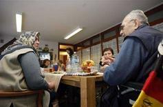 <p>Турецкие иммигранты пьют чай в доме престарелых во Франкфурте-на Майне, 31 января 2008 года. Кабинет министров Германии в среду одобрил план, целью которого является сделать крупнейшую экономику Европы более привлекательной для высококвалифицированных иммигрантов, однако некоторые промышленные группы назвали эти предложения слишком робкими. (REUTERS/Alex Grimm)</p>