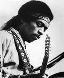 <p>Guitarra queimada de Jimi Hendrix será vendida em Londres. Uma das guitarras favoritas de Jimi Hendrix, à qual ele ateou fogo num palco londrino há mais de 40 anos e que se pensou que tivesse sido perdida, será leiloada este ano. Foto do Arquivo. Photo by Reuters (Handout)</p>