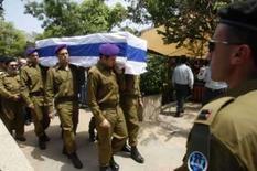 <p>Soldados israelenses carregam caixão de Eldad Regev duurante funeral em Haifa  Israel fez os funerais dos dois soldados mortos entregues pelo Hezbollah em uma troca de prisioneiros com o grupo. O luto israelense contrastava com o clima de comemoração no Líbano. Photo by Baz Ratner</p>