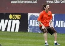 <p>O jogador do Barcelona Messi participa de treino em Barcelona, dia 17 de julho. O Barcelona tenta chegar a um acordo para dispensar o atacante argentino Lionel Messi dos Jogos Olímpicos de Pequim, afirmou o time de futebol da Espanha. Photo by Gustau Nacarino</p>