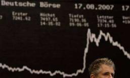 <p>Un trader davanti al tabellone elettronico del Dax, il più importante indice della Borsa di Francoforte REUTERS/Kai Pfaffenbach/Files</p>