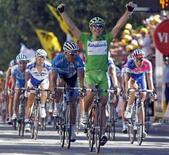 <p>Il corridore spagno Oscar Freire festeggia la vittoria della tappa REUTERS/Bogdan Cristel</p>