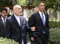 <p>O candidato presidencial norte-americano Barack Obama e o presidente do Afeganistão, Hamid Karzai, andando pelos jardins do palácio presidencial em Cabul. Photo by Reuters (Handout)</p>