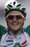 <p>Il corridore Simon Gerrans festeggia la vittoria. REUTERS/Regis Duvignau</p>