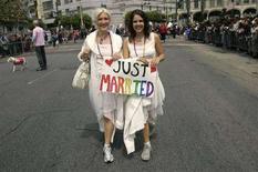 <p>Una coppia di lesbiche sfila al gay pride di San Francisco. REUTERS/Robert Galbraith (UNITED STATES)</p>