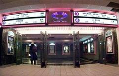 <p>A woman enters a Loews Cineplex movie theatre in downtown Montreal in this February 15, 2001 file photo. REUTERS/Shaun Best</p>