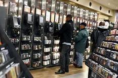<p>La mayor compañía de televisión pagada británica, BSkyB, lanzará un servicio de música por suscripción en internet y acordó que Universal, la mayor casa discográfica del mundo, sea su primera socia, en un pacto que pretende desafiar el dominio de Apple en el mercado. El servicio ofrecerá descargas permanentes y escuchas ilimitadas a través de internet a cambio de una suscripción mensual. Las canciones estarán en el formato MP3, lo que significa que pueden ser escuchadas en muchos dispositivos, como el iPod, de Apple, y los teléfonos móviles. Photo by (C) SHANNON STAPLETON / REUTERS/Reuters  REUTERS/Shannon Stapleton (UNITED STATES)</p>