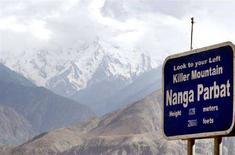 <p>La vetta innevata del Nanga Parbat sullo sfondo. REUTERS/Faisal Mahmood</p>