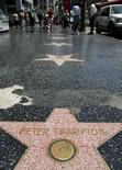 <p>Cientos de estrellas del 'paseo de la fama' de Hollywood recibirán una muy necesaria renovación de 4,2 millones de dólares para reparar fisuras y agujeros antes del aniversario 50 de la querida atracción turística. Algunas de las 778 placas pulidas con formas de estrellas de color rosa y bronce, que se exitienden por unos cuatro kilómetros de acera en el bulevar de Hollywood y sus alrededores, necesitan un reemplazo. Photo by Mario Anzuoni/Reuters</p>