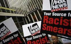 <p>Manifestantes se reunieron el miércoles a la salida de la cadena Fox News para denunciar lo que dicen es una cobertura de campaña racista, en la que se incluyó a un experto que dijo que el aspirante demócrata a la Casa Blanca, Barack Obama, era un terrorista. Según los organizadores, una multitud de cerca de 150 personas presentó una petición con más de 600.000 firmas que objeta la cobertura de prensa de Fox, propiedad de News Corp, del magnate Rupert Murdoch. Photo by Brendan Mcdermid/Reuters</p>