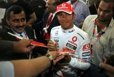 <p>Fãs recebem Hamilton com festa em sua primeira visita à Índia. O líder do Mundial de Fórmula 1, Lewis Hamilton, foi aclamado por centenas de fãs ensopados pela chuva em sua primeira visita à Índia. Photo by Punit Paranjpe</p>
