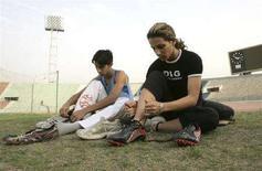 <p>Due velocisti iracheni si preparano agli allenamenti nello stadio di Baghdad. REUTERS/Thaier al-Sudani (IRAQ)</p>