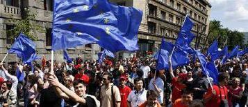<p>Прозападно настроенные сербские избиратели размахивают флагами Евросоюза в Белграде 9 мая 2008 года в преддверии парламентских выборов в стране. Новое правительство Сербии в четверг постановило вновь направить послов в страны Евросоюза, тем самым второй раз за неделю продемонстрировав добрую волю - после ареста находящегося в розыске за военные преступления экс-лидера боснийских сербов Радована Караджича. (REUTERS/Nikola Solic)</p>