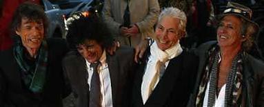 <p>La banda británica de rock The Rolling Stones en el estreno del filme 'Shine A Light' en la plaza Leicester, en Londres (foto de archivo), 2 abr 2008. La casa discográfica Universal Music, que pertenece al grupo de entretenimiento francés Vivendi, firmó un acuerdo de exclusividad mundial de largo plazo con la banda de rock The Rolling Stones, un contrato que será un golpe para EMI, el sello anterior de los músicos. EMI fue adquirida por la firma de inversión privada Terra Firma en el 2007 y ha luchado por conservar a algunos de sus artistas más importantes. También será un impacto para la promotora de conciertos Live Nation, que también trataba de firmar con el grupo, según algunos medios. Photo by (C) KIERAN DOHERTY / REUTERS/Reuters</p>