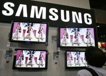 <p>Samsung SDI, qui fabrique des écrans plasma, des écrans traditionnels à tube cathodique ainsi que des écrans de nouvelle génération à affichage organique, a annoncé qu'il convertirait en septembre son activité dans les écrans mobiles en une coentreprise avec sa société affiliée Samsung Electronics. /Photo d'archives/REUTERS/Vivek Prakash</p>