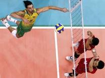 <p>Brasileiro Giba ataca uma bola em partida contra o Japão, pela fase final da Liga Mundial, no Rio de Janeiro. Photo by Reuters (Handout)</p>
