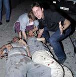 <p>Homem grita enquanto mulher tenta socorrer vítimas da explosão em Istambul . Photo by Reuters (Handout)</p>
