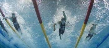 <p>Da sinistra a destra in una gara degli Europei di nuoto di Eindhoven, il russo Evgeny Lagunov, Filippo Magnini e il russo Andrey Kapralov. REUTERS/Wolfgang Rattay</p>
