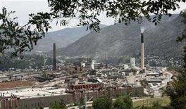<p>The Teck Cominco smelter plant sits overlooking the small city of Trail in southern British Columbia July 6, 2006. REUTERS/Andy Clark</p>
