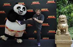 <p>Fotografía de archivo actor estadounidense Jack Black posando mientras promociona la cinta 'Kung Fu Panda' del estudio de cine de animación DreamWorks Animation SKG Inc en Madrid, España, 24 jun 2008. El estudio de cine de animación DreamWorks Animation SKG Inc reportó el martes una baja de sus utilidades del segundo trimestre, frente a una gran ganancia en igual periodo del año pasado, cuando fue impulsada por la película 'Shrek the Third.' El estudio lanzó su éxito 'Kung Fu Panda' durante el segundo trimestre, pero Dreamworks normalmente reconoce la mayoría de los ingresos de un filme unos pocos meses después de su lanzamiento para que su distribuidor, Viacom Inc, primero recupere sus costos de marketing y distribución. (Foto de archivo) Photo by (C) SUSANA VERA / REUTERS/Reuters</p>