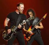 <p>La voce principale dei Metallica James Hetfield (sinistra) e il chitarrista Kirk Hammett durante un concerto a Los Angeles tenuto nel maggio scorso. REUTERS/Mario Anzuoni (UNITED STATES)</p>
