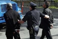 <p>Un poliziotto arresta due persone a New York. REUTERS/Keith Bedford (UNITED STATES)</p>