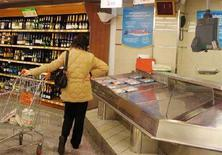 <p>Immagine d'archivio di un'acquirente in un supermercato. REUTERS/Dario Pignatelli (ITALY)</p>