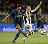 <p>Un momento dell'incontro Inter-Juventus al Trofeo Tim a Torino. REUTERS/Alessandro Garofalo (ITALY)</p>