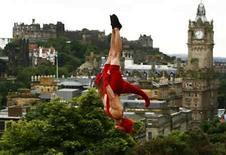 <p>El festival de Edimburgo empezó el domingo con un número récord de producciones durante su mes de programación, que incluye comedia, drama, música, y una serie de aspirantes a estrellas que intentan saltar a la fama. El popular evento se combina con un festival más formal de danza, música y teatro, presentando la feria artística anual más grande del mundo a miles de visitantes que abarrotan la capital escocesa cada año. Photo by David Moir/Reuters</p>