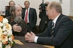<p>Russia's President Vladimir Putin (R) and Alexander Solzhenitsyn talk as president visits his home in Troitse-Lykovo in Moscow, June 12, 2007. REUTERS/RIA Novosti/Kremlin</p>