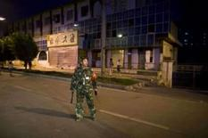 <p>A 4 dias dos Jogos, 16 policiais morrem em ataque na China. Policial afasta jornalistas e civis do local onde homens armados com granadas e facas mataram 16 policiais no oeste da China, a quatro dias do início da Olimpíada no país. 4 de agosto. Photo by Nir Elias</p>