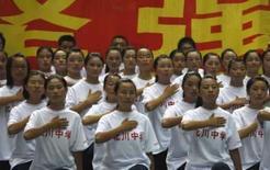 <p>Estudantes de Chengdu, sobreviventes do terremoto de 12 de maio,  durante a passagem da tocha olímpica na província de Sichuan, última escala da chama antes de desfilar por Pequim para a abertura dos Jogos. Photo by China Daily</p>