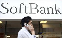 <p>Une baisse des coûts induits par les offres promotionnelles a permis à Softbank, le troisième opérateur de téléphonie mobile japonais, de voir son bénéfice d'exploitation progresser de 8% sur les trois premiers mois de son exercice, à 85,1 milliards de yens (506 millions d'euros) contre 78,7 milliards de yens un an auparavant. /Photo d'archives/REUTERS/Yuriko Nakao</p>
