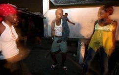 <p>Prostitute adolescenti in una strada di Kinshasa, nella Repubblica Democratica del Congo. REUTERS/Jacky Naegelen</p>