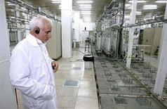 <p>Глава атомного агентства Ирана Голамреза Агазаде на предприятии по обогащению урана в городе Натанц, 8 апреля 2008 года. В письме, которое Иран передал шести ведущим мировым державам, нет предложений на тему замораживания ядерной программы, которого требует международное сообщество, сообщил представитель Тегерана. (REUTERS/Presidential official website/Handout)</p>
