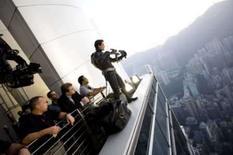 <p>O ator  Christian Bale (dir) e o diretor Christopher Nolan (braços cruzados) filmam no set de 'The Dark Knight', em foto de divulgação de 18 de julho. Batman se manteve à frente das bilheterias do Reino Unido pela segunda semana consecutiva, revelou a revista Screen International, e 'Arquivo X -- Eu Quero Acreditar' só alcançou o quarto lugar na lista. Photo by Reuters (Handout)</p>