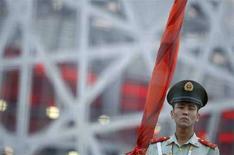 <p>Китайский полицейский охраняет Национальный стадион 5 августа 2008 года. Китайские власти в стремлении продемонстрировать открытость и избежать скандалов приказали одержимой идеей абсолютной безопасности пекинской полиции не вмешиваться в работу иностранных журналистов во время Олимпиады. (REUTERS/Lucy Nicholson)</p>