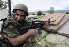 <p>Грузинские спецназовцы занимают позиции на блок-посту в деревне Эргнети в контролируемой Тбилиси части Южной Осетии, 5 августа 2008 года. Власти Грузии и бывшей грузинской автономии, де-факто независимой Южной Осетии, в среду в очередной раз обвинили друг друга в обстреле сел на территории самопровозглашенной республики, а МИД России провел экстренное совещание в связи с обострением ситуации в регионе. (REUTERS/Irakli Gedenidze)</p>