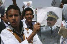 """<p>Активисты держат плакат с изображением организатора переворота Абделязиза в столице Мавритании Нуакшот, 7 августа 2008 года """"Государственный совет"""" Мавритании, возглавляемый бывшим начальником президентской охраны, сообщил, что президент страны Сиди Мохамед Оулд Шейх Абдаллахи отныне не является главой государства, передал телеканал al-Arabiya. REUTERS/Vincent Fertey (MAURITANIA)</p>"""