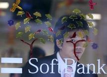 <p>Aidé par le lancement de l'iPhone d'Apple, Softbank, troisième opérateur japonais de téléphonie mobile, a gagné en juillet plus de nouveaux abonnés que ses concurrents et ce pour le quinzième mois consécutif. /Photo d'archives/REUTERS/Yuriko Nakao</p>