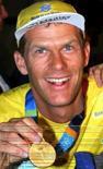 <p>O velejador brasileiro Robert Scheidt com sua medalha das Olimpíadas de Atenas  REUTERS. Photo by Stringer</p>