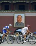 <p>L'italiano Davide Rebellin, argento oggi nella prova di ciclismo su strada, e l'estone Tanel Kangert oggi in bici a piazza Tienanmen. REUTERS/Eric Gaillard</p>