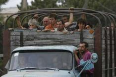 <p>Georgianos abandonam suas casas perto da cidade de Tskhinvali, em 8 de agosto de 2008. A Géorgia propôs um cessar-fogo após uma ampliação da ofensiva russa para forçar o recuo das tropas georgianas que tentam tomar o controle da região separatista de Ossétia do Sul. Photo by David Mdzinarishvili</p>
