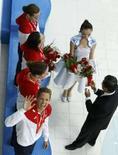 <p>A nadadora americana Dara Torres acena ao receber a medalha de prata no revezamento 4x100m estilo livre. Aos 41 anos, se tornou a mais velha nadadora a receber uma medalha olímpica na natação. Photo by Jason Reed</p>