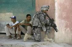 <p>Soldado norte-americano patrulha área em Baquba, em 10 de agosto de 2008. Os Estados Unidos têm de fornecer um cronograma 'muito claro' da retirada de suas tropas do Iraque, disse o ministro das Relações Exteriores do Iraque, Hoshiyar Zebari, no domingo. Photo by Andrea Comas</p>